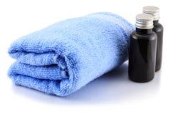 Serviette et bouteilles de Bath Photos stock