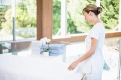 Serviette femelle de roulement de masseur photos stock