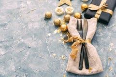 Serviette, fourchette et couteau au-dessus de fond de vintage Dîner de bonne année photo stock