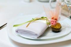 Serviette i cukierek na talerzu Zdjęcia Stock
