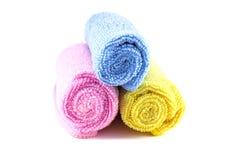 Serviette jaune et bleue rouge enroulée Photographie stock