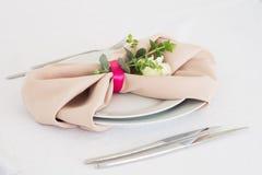 Serviette mit stieg Platzieren Sie BouquetBride der Braut und pflegen Sie Tabelle mit Blumenstrauß der Braut am Hochzeitsempfang  Stockbild