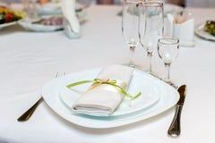 Serviette na talerzu słuzyć na świątecznym stole Zdjęcia Royalty Free