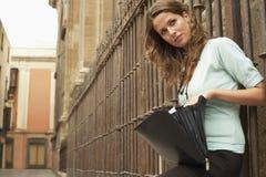 Serviette ouverte de participation de femme contre la balustrade Images libres de droits