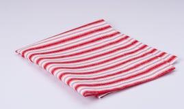 Serviette pliée par blanc rouge sur le fond blanc Image libre de droits