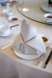 Serviette pliée sur la table Photo stock