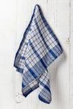 Serviette propre et molle accrochant au mur de salle de bains photographie stock