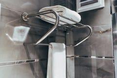 Serviette propre sur le support dans la salle de bains images libres de droits
