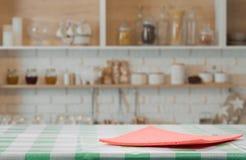 Serviette rouge sur la table de cuisine photographie stock libre de droits