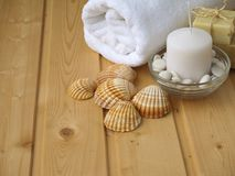 Serviette, savon, bougie et coquilles Photographie stock libre de droits