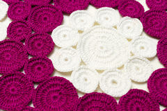 Serviette sur le crochet brodé par table Photos libres de droits