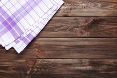 Serviette sur le fond en bois Image libre de droits
