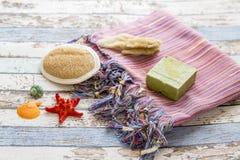 Serviette turque peshtemal avec les coquillages, l'éponge, le savon naturel, et le brusher photographie stock