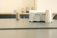 Serviette und Salz in einer Cafeteria Lizenzfreie Stockfotos