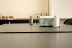 Serviette und Salz in einer Cafeteria Stockfotografie