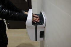 Serviettes électriques dans la salle de bains publique photos libres de droits