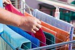 Serviettes accrochées sur le dessiccateur de vêtements images stock