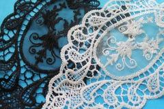 Serviettes blanches et noires pour décorer la maison faite main Images stock