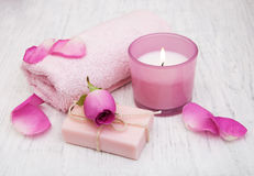 Serviettes, bougie et savon de Bath avec les roses roses Photographie stock