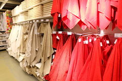 Serviettes dans le département à la maison de textile dans le supermarché photographie stock libre de droits
