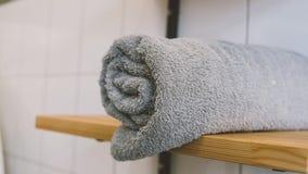 Serviettes de bain grises en gros plan sur l'étagère Étagère en bois et une serviette roulée Orientation peu profonde Photographie stock