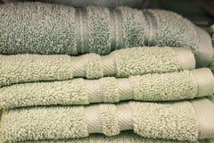 Serviettes de bain pelucheuses vert clair pliées dans une pile - foyer sélectif photographie stock libre de droits