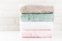 Serviettes de bain propres de pile photo stock