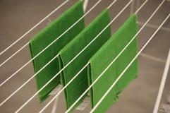 serviettes de bain vertes sur le dessiccateur photo libre de droits