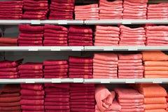 Serviettes de Bath de couleurs lumineuses dans une rangée dans une rangée sur le compteur d'un compteur de magasin Vente Image libre de droits