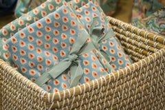 Serviettes de cadeau avec un modèle de point, attaché avec la tresse dans un panier en osier image libre de droits