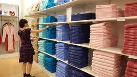 Serviettes de examen de belle femme de brune dans un magasin à Eskisehir Photo stock