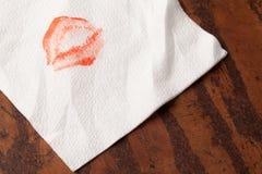 Serviettes de papier avec le rouge à lèvres sur le fond en bois Photos libres de droits