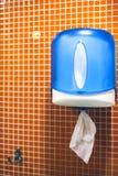 Serviettes de papier dans la toilette Distributeur de serviette de main de papier photo stock