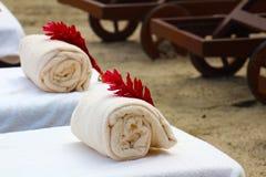 Serviettes de plage à la station de vacances tropicale Photos stock