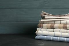 Serviettes et espace pliés différents de tissu pour le texte images stock