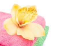 Serviettes et fleur de Bath Photographie stock