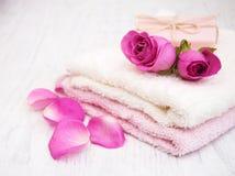 Serviettes et savon de Bath avec les roses roses Image libre de droits