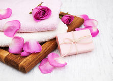 Serviettes et savon de Bath avec les roses roses Photo libre de droits