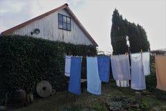 Serviettes et toile de blanchisserie particulièrement à sécher dans l'arrière-cour images stock