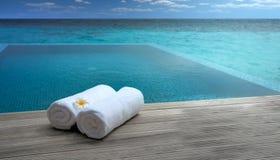 Serviettes par la piscine Image libre de droits
