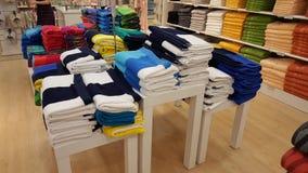 Serviettes pelucheuses dans diverses couleurs empilées sur des étagères à vendre dans un magasin à Eskisehir Images stock