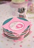 Serviettes roses de fête de naissance des plats Image libre de droits