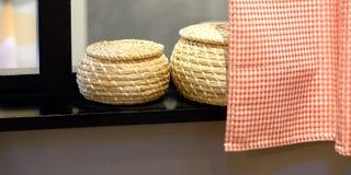 Serviettes roulées avec le panier en osier sur l'étagère du fond de support photo libre de droits