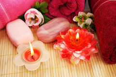 Serviettes, savons, fleurs, bougies Photo stock