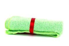 Serviettes vertes de petit pain avec le ruban rouge Photographie stock