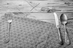 Servilleta adornada vieja de los cubiertos y de la materia textil en una tabla de madera Visión superior con el espacio de la cop Fotos de archivo