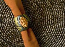 Servilleta anaranjada en el placemat de bambú Imagen de archivo
