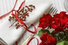 Servilleta blanca adornada con la cinta roja Imagen de archivo libre de regalías