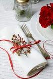 Servilleta blanca adornada con la cinta roja Fotografía de archivo libre de regalías