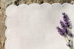 Servilleta blanca con las flores de la lavanda Imagenes de archivo